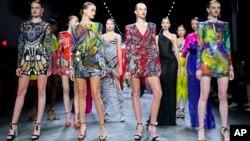 Busana dari koleksi Naeem Khan ditampilkan di Pekan Fesyen, 11 September 2018 di New York.