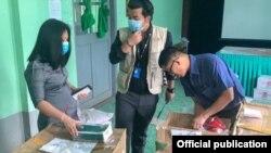 ကခ်င္ျပည္နယ္က်န္းမာေရးဌာနသို႔ က်န္းမာေရးလုပ္သားမ်ားအတြက္ UNFPA ကေန PPE ၀တ္စံုေတြ ကူညီေပးေနတဲ့ ျမင္ကြင္း။ (ဓာတ္ပံု - UNFPA Myanmar)