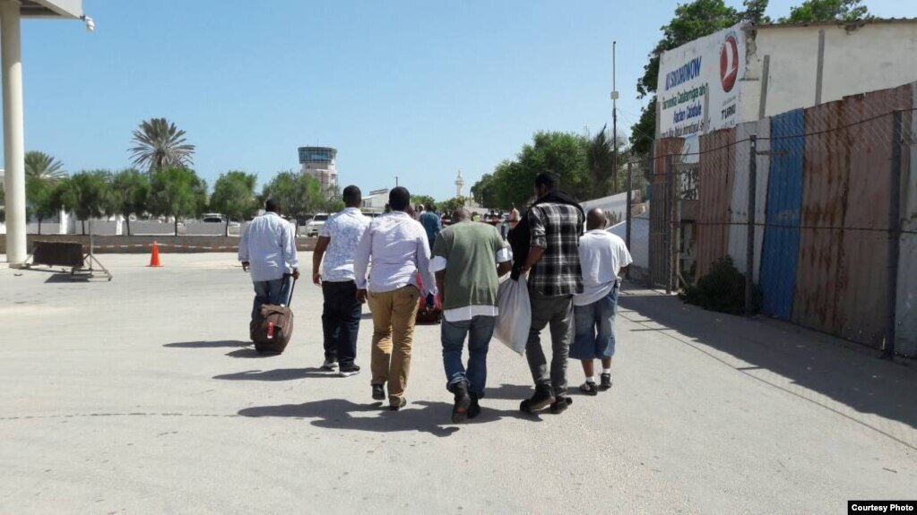 Fifty Somali nationals deported from the US arrive in Mogadishu on Friday, May 26, 2017. (Somali National News Agency -- SONNA)