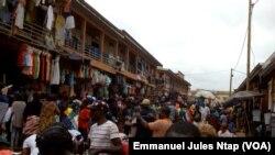 Une route à l'intérieur du marché mokolo sert plutôt d'étalages pour les vendeurs ambulants, à Yaoundé, le 5 août 2017. (VOA/Emmanuel Jules Ntap)