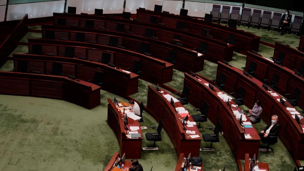 香港立法会民主派议员集团辞职后,立法会里民主派议员的席位空荡荡。(2020年11月12日)(photo:VOA)
