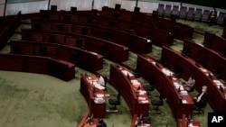 资料照片:香港立法会民主派议员集体辞职后,立法会里民主派议员的席位空荡荡。(2020年11月12日)