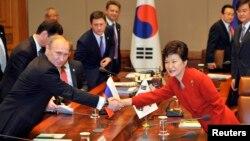 Rossiya prezidenti Vladimir Putin (chapda) va Janubiy Koreya rahbari Pak Gin Xe Seulda o'tgan muloqot chog'ida, 13-noyabr, 2013-yil.