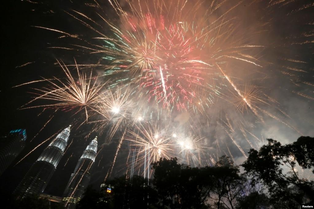 말레이시아쿠알라룸푸르의페트로나스 트윈타워 주위로 불꽃 폭죽이 터지고 있다.