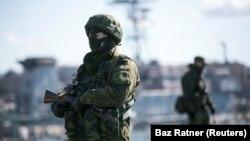 크림반도 세바스토폴 항을 지키는 러시아 군인들. (자료사진)