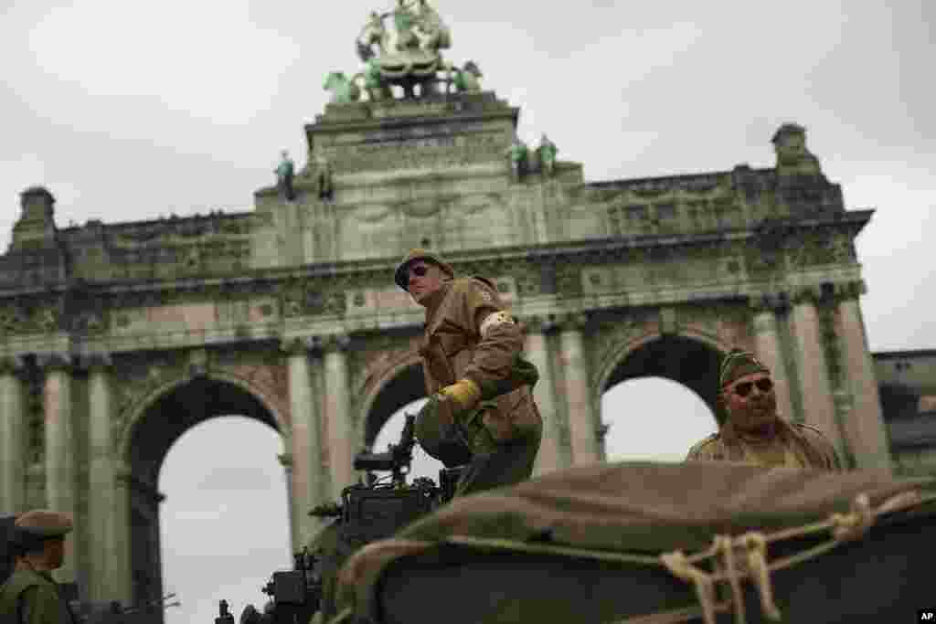 در هفتاد و پنجمین سالگرد آزادی بلژیک از دست آلمان نازی، این تانک و سربازان در لباس دوران جنگ جهانی دوم کنار بنایسنکوانتنِر در شهر بروکسل.
