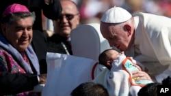 教宗方济各在墨西哥圣克里斯托瓦尔代拉斯卡萨斯亲吻一名婴孩。(2016年2月15日)