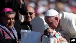 Papa Faransisiko asoma uruhinja mu mujyi wa San Cristobal de las Casas muri Mexique (15/02/2016)