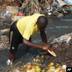 Street child in Freetown gathers food