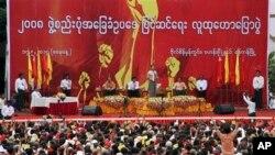 Pemimpin oposisi Myanmar Aung San Suu Kyi (tengah) memberikan sambutan dalam rally untuk amandemen konstitusi di Rangoon, Thailand, 17 Mei 2014 (Foto: dok).