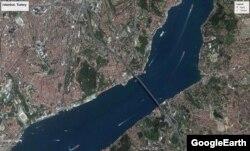 کلوب رینا در نزدیکی پل بزرگ شهر استانبول بر روی تنگه بوسفور قرار دارد