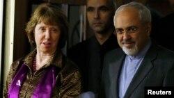 Kepala Kebijakan Luar Negeri Uni Eropa Catherine Ashton (kiri) bersama Menlu Iran Mohammad Javad Zarif saat tiba di perundingan Jenewa November 2013 lalu (foto: dok).