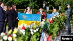 Представники посольства України у Німеччині покладають квіти до меморіалу війни у Берліні 8 травня 2020 р.