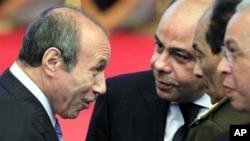 L'ancien ministre égyptien de l'Intérieur, Habib al-Adly, à gauche, parle au ministre de la Défense et de la production militaire, Field Marshal Hussein Tantawi, deuxième à droite, lors de la conférence nationale du parti démocratique au Caire, le 25 décembre 2010.