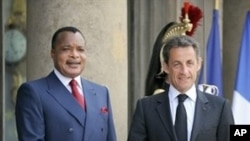 French President Nicolas Sarkozy, left, welcomes Congolese President Denis Sassou Nguesso upon his arrival at the Elysee Palace, 26 Apr 2010 (file photo)