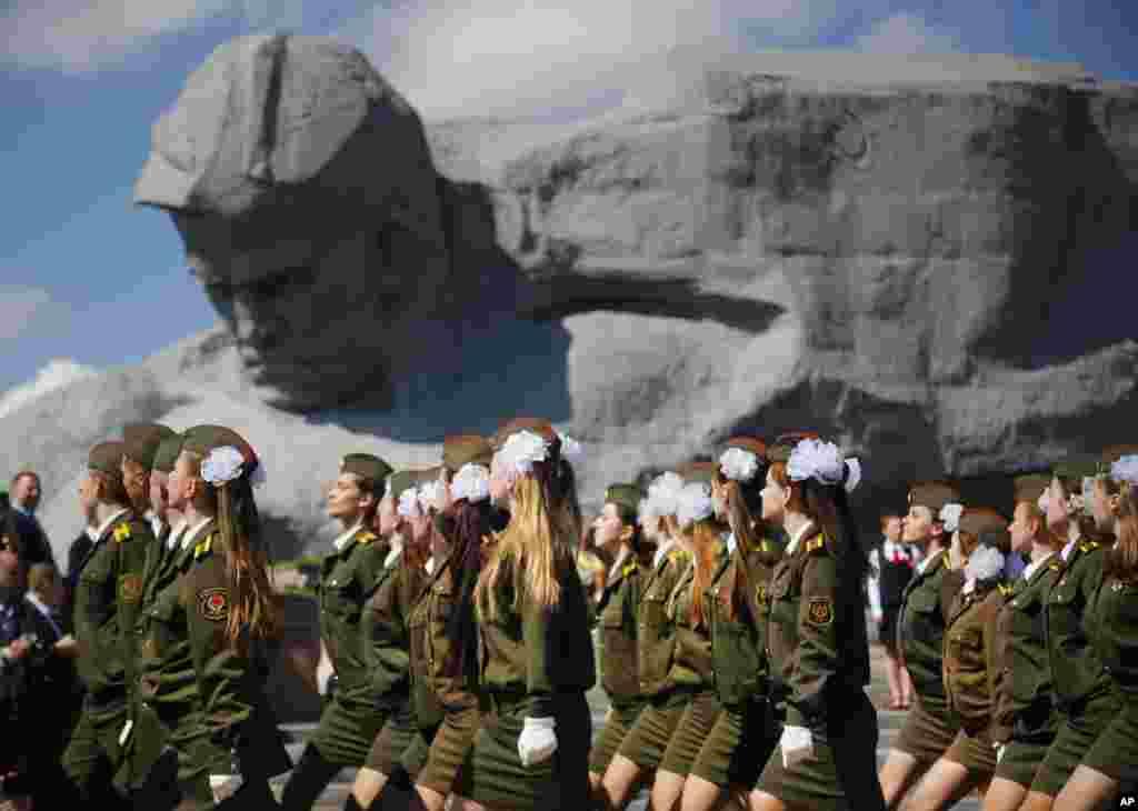 យោធាប៊េឡារូសដើរកាន់វិមាន Brest Fortress នៅអំឡុងពេលដង្ហែក្បួនអបអរសាទរថ្ងៃបុណ្យជ័យជម្នះ (Victory Day) ដើម្បីប្រារព្ធខួបលើទី ៧១ នៃជ័យជម្នះក្នុងសង្រ្គាមលោកលើកទីពីរនៅក្រុង Brest ដែលស្ថិតនៅចម្ងាយ ៣៦០ គីឡូម៉ែត្រ (២២៣ម៉ាយ) ភាគនិរតីនៃក្រុង Minsk ប្រទេសប៊េឡារូស។