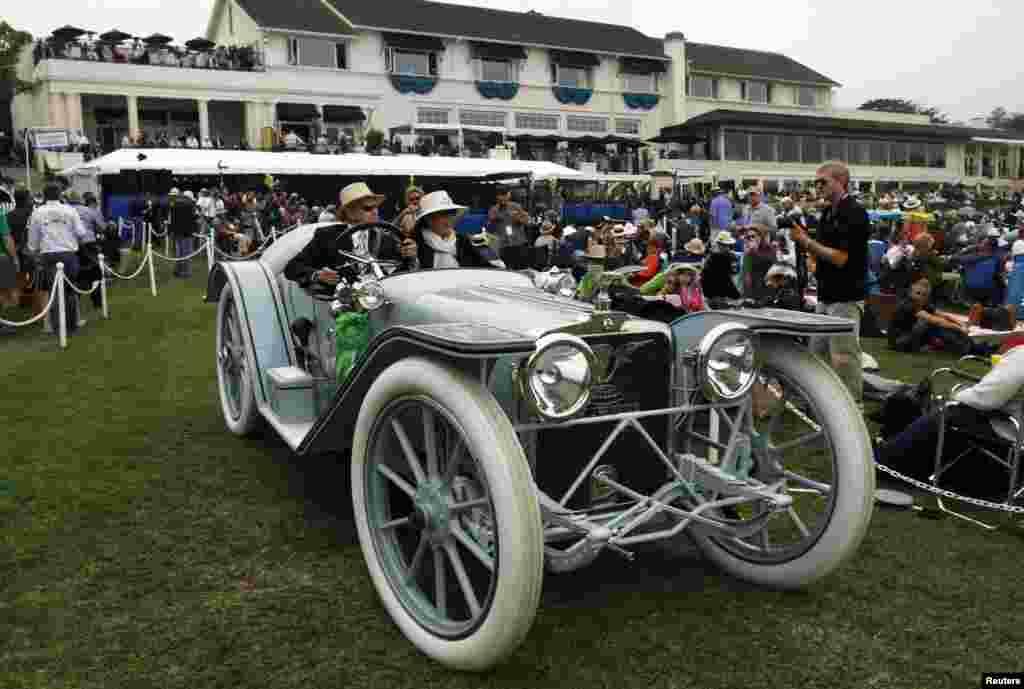 امریکہ کی ریاست کیلی فورنیا میں پورا ہفتہ جاری رہنے والی تقریبات کے سلسلے میں لائی گئی قدیم گاڑیوں میں لوگوں کی دلچسپی
