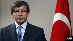 Ngoại trưởng Thổ Nhĩ Kỳ Ahmet Davutoglu trong cuộc họp báo chung với giới chức Palestine Nabil Shaath tại Ankara, ngày 5/9/2011. Ông Davutoglu nói Thổ Nhĩ Kỳ sẽ đẩy nhanh việc công nhận nhà nước Palestine tại Đại hội đồng Liên Hiệp Quốc