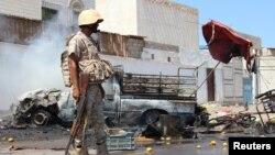 Un soldat se tient sur le lieu d'un attentat à la voiture piégée qui visait le chef de la sécurité de la ville portuaire d'Aden pour la deuxième fois en une semaine, à Aden, Yémen, 1er mai 2016.