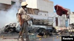 Hiện trường vụ đánh bom xe ở thành phố cảng Aden, Yemen, ngày 1/5/2016. Hai kẻ đánh bom tự sát vừa tấn công một căn cứ quân sự gần phi trường quốc tế Aden hôm 6/7/2016 khiến ít nhất 6 người thiệt mạng.