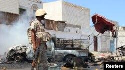 Seorang prajurit berjaga di lokasi terjadinya serangan bom mobil. Aden, Yaman.