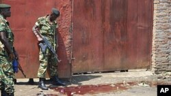 Burundian security forces inspect scene of shooting at a bar in Gatumba, Bujumbura-rural, Sept. 2011 (file photo).