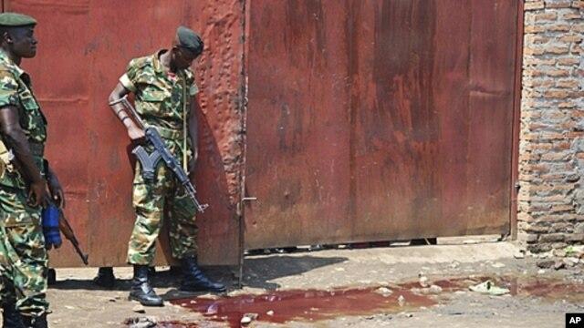 Burundian security forces inspect scene of shooting at a bar in Gatumba, Bujumbura-rural, Sept. 2011 (file photo).