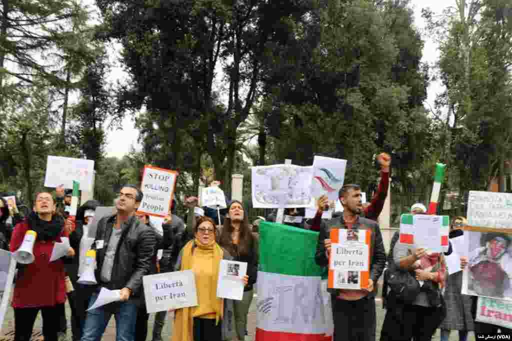 در شهر رم ایرانیان در حمایت از تظاهرات ضد جمهوری اسلامی، مقابل سفارت جمهوری اسلامی سه شنبه ۱۹ نوامبر / ۲۸ آبان در شهر رم تجمع کردند.