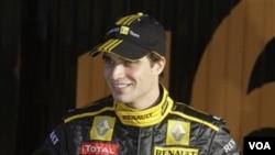 Jerome d'Ambrosio, test driver tim Renault, berpose dalam peluncuran resmi tim itu di Spanyol Januari 2010. D'Ambrosio akan menjadi pebalap Belgia pertama di Formula Satu sejak tahun 1994. (foto dok)