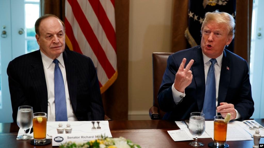 川普總統在白宮內閣室會晤謝爾比參議員等共和黨議員。 (2018年6月26日)
