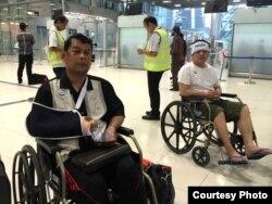 Dân biểu Nhay Chamroeun (trái) và Kong Saphea tại sân bay ở Bangkok, ngày 27/10/2015.