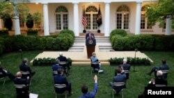 Президент Трамп відповідає на запитання журналістів перед Білим домом 14 квітня 2020 р.