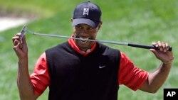 Tiger Woods dikenai penalti 2 pukulan, namun melonjak ke peringkat ke-7 hari Sabtu 13/4 (foto: dok).