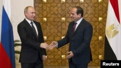 Le président russe Vladimir Poutine rencontre le président égyptien Abdel Fattah al-Sisi au Caire, le 11 décembre 2017.