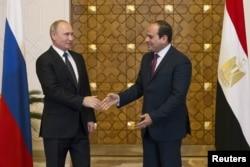 Russia's President Vladimir Putin (L) meets with Egypt's President Abdel Fattah al-Sissi in Cairo, Dec. 11, 2017.