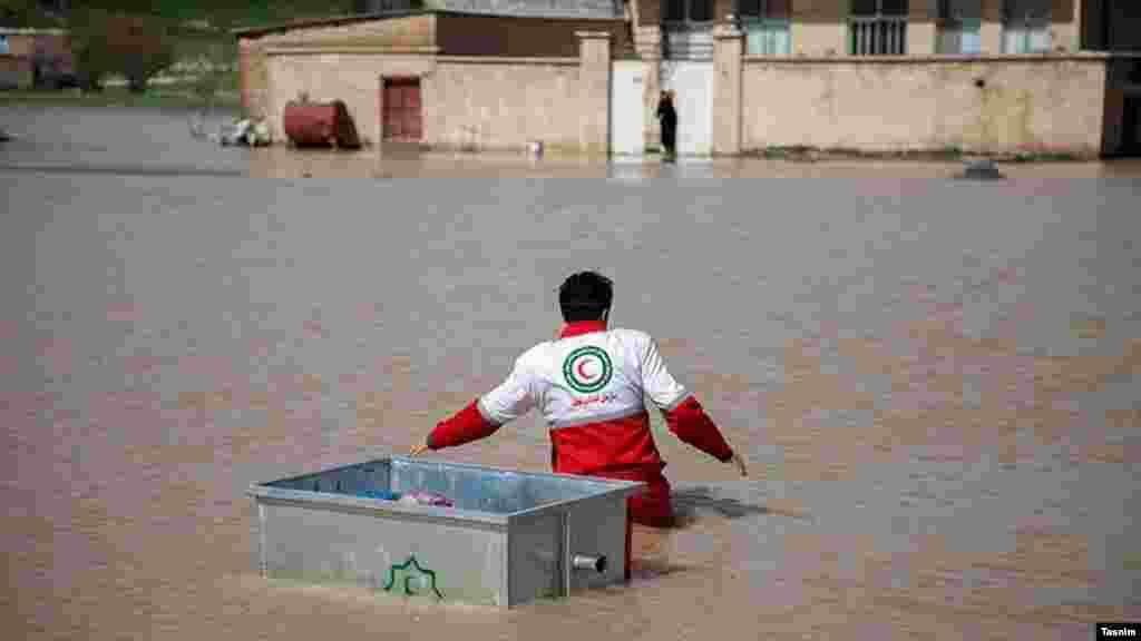 امدادرسانی به روستاهای آبگرفته در استان کرمانشاه. عکس: فرزاد منتی، تسنیم