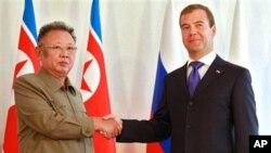 지난해 8월 울란우데에서 회담한 김정일 북한 국방위원장(왼쪽)과 드미트리 메드베데프 러시아 대통령.