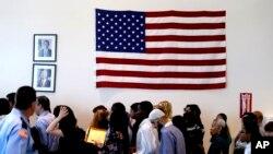 미국 시민권을 획득한 이민자들이 선서식을 하기 위해 이민국 사무실에 도착했다. (자료사진)