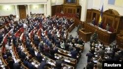 23일 우크라이나 키예프 의회에서 '비동맹적' 지위를 폐기하는 안이 가결된 후 의원들이 박수를 치고 있다.