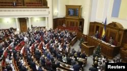 """Đại biểu Quốc hội vỗ tay sau khi bỏ phiếu hủy bỏ quy chế """"không liên kết"""" tại Kiev, ngày 23/12/2014."""