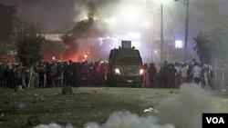 Piolisi Mesir menembakkan gas air mata ke arah demonstran di desa Damas dekat El Dakahlia saat berlansungnya pemilu pekan lalu.