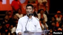 角逐泰国总理宝座的政治明星塔纳通2019年3月22日在曼谷的竞选集会上讲话。