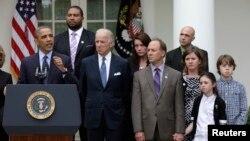 Барак Обама, Джо Байден и семьи погибших при стрельбе в Ньютауне. Белый дом, Вашингтон. 17 апреля 2013 года