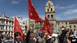 Manifestantes protestan contra el gobierno del presidente boliviano, Evo Morales, durante la celebración del Día Internacional de los Trabajadores.