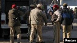 Pasukan keamanan India siaga di luar pangkalan udara Pathankot di negara bagian Punjab, India dekat perbatasan Pakistan setelah serangan kawanan bersenjata, Sabtu (2/1) dini hari.