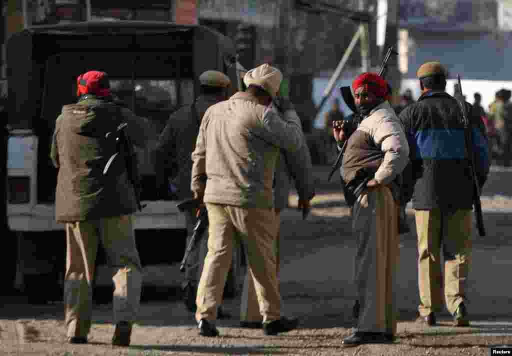 جھڑپ میں بھارتی سکیورٹی فورسز کے دو اہلکار بھی ہلاک ہوئے اور حکام کے مطابق صورت حال اب اُن کے مکمل کنٹرول میں ہے۔