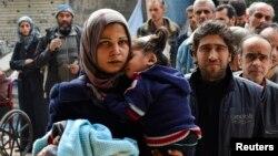 صف ساکنان یرموک برای دریافت کمک های غذایی، پیش از تشدید درگیری ها