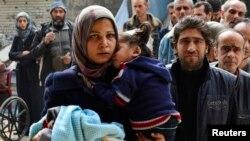 耶爾穆克難民營內的難民排隊等候領取糧食