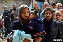 ຊາວບ້ານພາກັນລ່ຽນແຖວລໍຖ້າ ຮັບການຊ່ວເຫລືອ ຢູ່ສູນອົຍພະຍົບ Yarmouk
