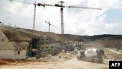 Para pekerja konstruksi melakukan pembangunan permukiman Yahudi 'Givat Zeev' dekat Ramallah, Tepi Barat (foto: dok).